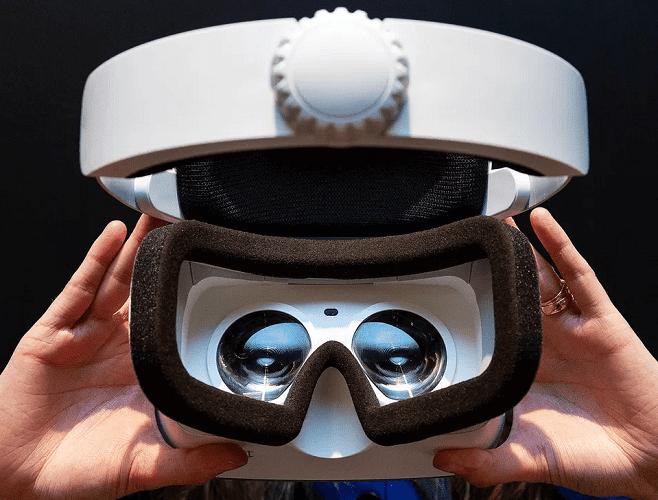 Virtual Reality bril opzetten bij bedrijfsuitje